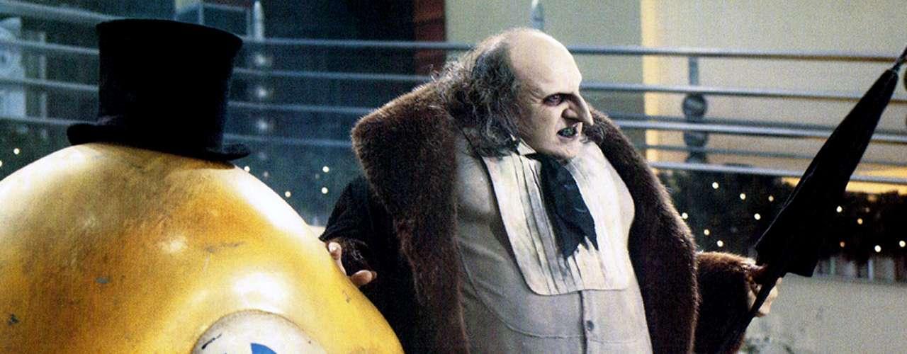 Rechazado por sus padres, el joven 'Oswald Cobbelpot' creció en las alcantarillas donde, por supuesto, está comprobado que las aves y los bebés tienen las mayores posibilidades de sobrevivir. A pesar de lo peculiar de su origen, Danny DeVito se lució con su interpretación de un 'Pingüino' que sólo quería amor en 'Batman Returns' (1992).