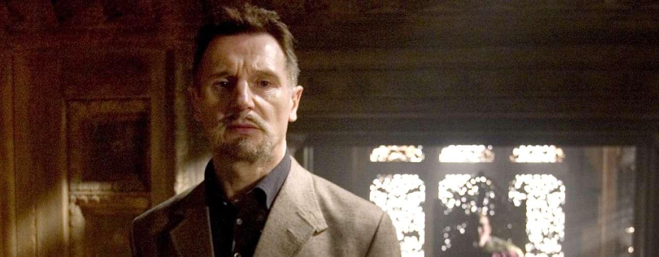 'Ra's Al Ghul' engaño al mundo entero haciéndose pasar por un amable benefactor cuyo único interés es ayudar al crecimiento espiritual del señor Wayne. Después ya enseña todo el cobre y muestra sus verdaderos colores, algo que la familia 'Al Ghul' parece hacer con frecuencia en las películas de Nolan.