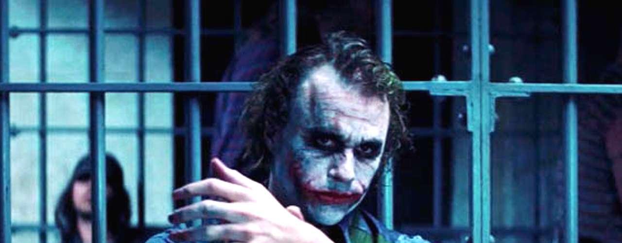 El villano absoluto de Batman en la serie de películas de Christopher Nolan es el Joker, que hace su aparición en 'Batman: El Caballero de la Noche' (2008). En parte porque los fans lo aman y en parte porque Ledger llegó para superar lo que muchos creían insuperable y que se llamaba Jack Nicholson. Lo cierto es que cada uno creó un Joker inolvidable.