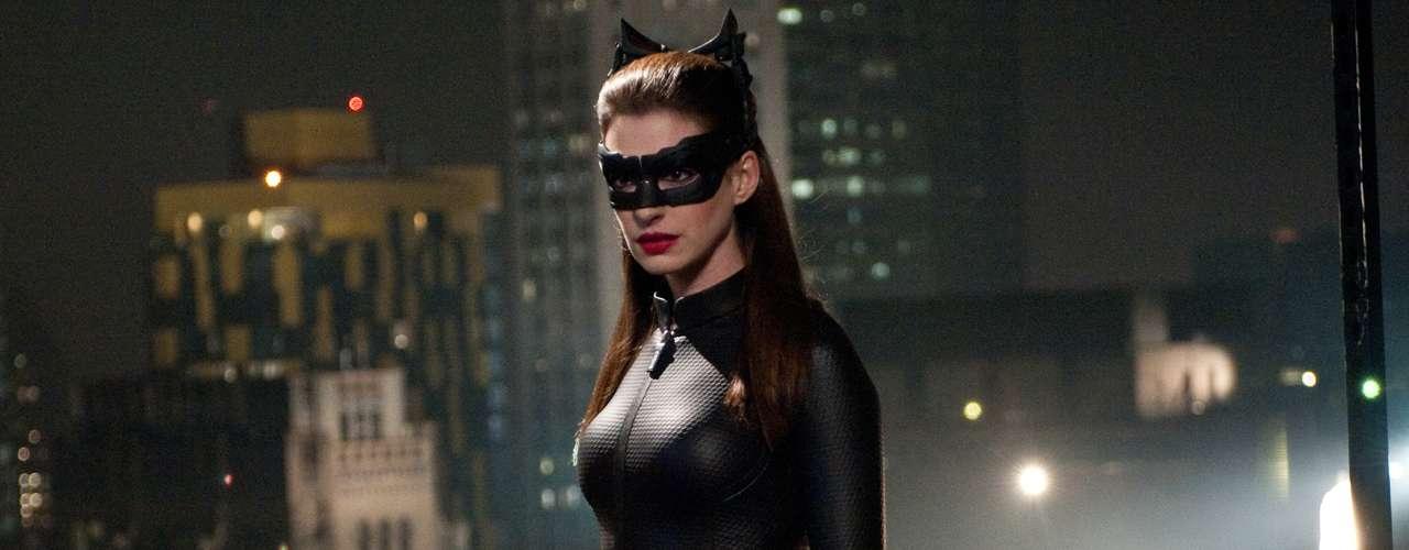 La 'Cat Woman' de Anne Hathaway tiene un espectro moral más amplio que la de Pfeiffer porque a veces es aliada y, a veces, enemiga del 'Hombre Murciélago'. También recurre a sensuales atuendos para sacarse partido y para realizar sus fechorías por la ciudad.