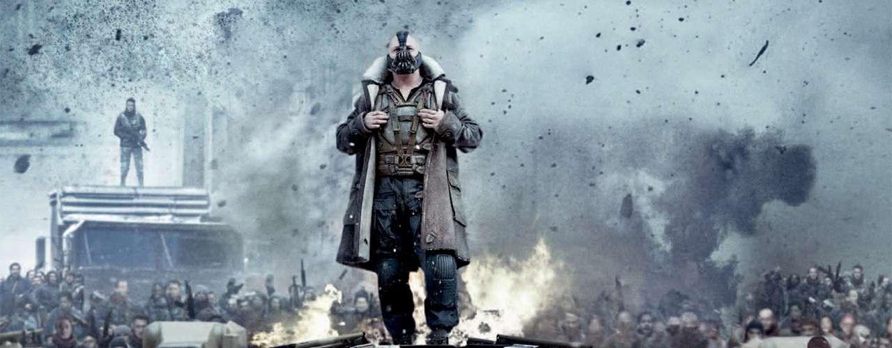 Momento favorito de 'Bane': el secuestro de un científico a bordo de un avión y su capacidad de oratoria para arremolinar masas enardecidas y sedientas de anarquía a su alrededor.