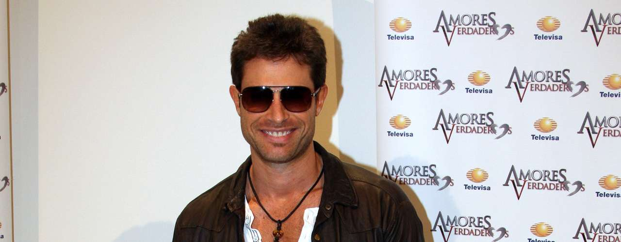 Sebastian Rulli cut his hair for his new telenovela role on 'Amores Verdaderos.'