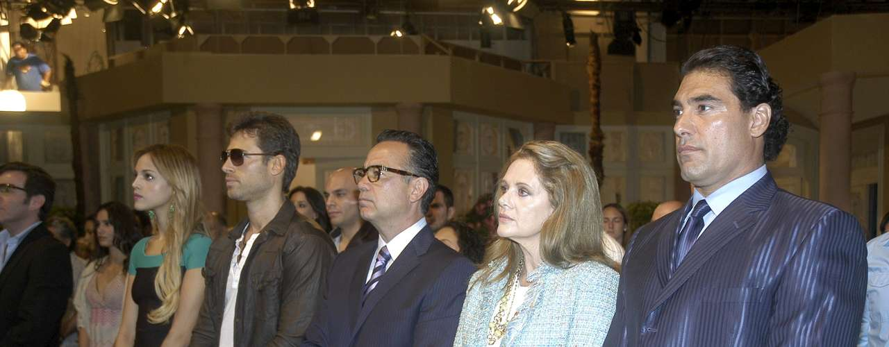 The main cast of 'Amores Verdaderos' are attentive to the mass.