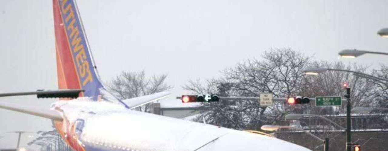 Un avión comercial Boeing 737 de Southwest Airlines chocó contra dos vehículos al salirse de la pista cuando realizaba un aterrizaje en medio de una fuerte tormenta el 8 de diciembre de 2005. El vuelo 1248, con 98 pasajeros y cinco tripulantes a bordo, se salió de la pista de aterrizaje en el Aeropuerto Internacional Midway e impactó contra dos vehículos en una intersección aledaña, causando la muerte a un niño de seis años.