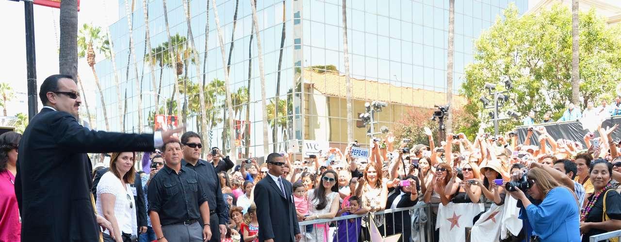 Cientos de fanáticos se congregaron frente al edifico de \