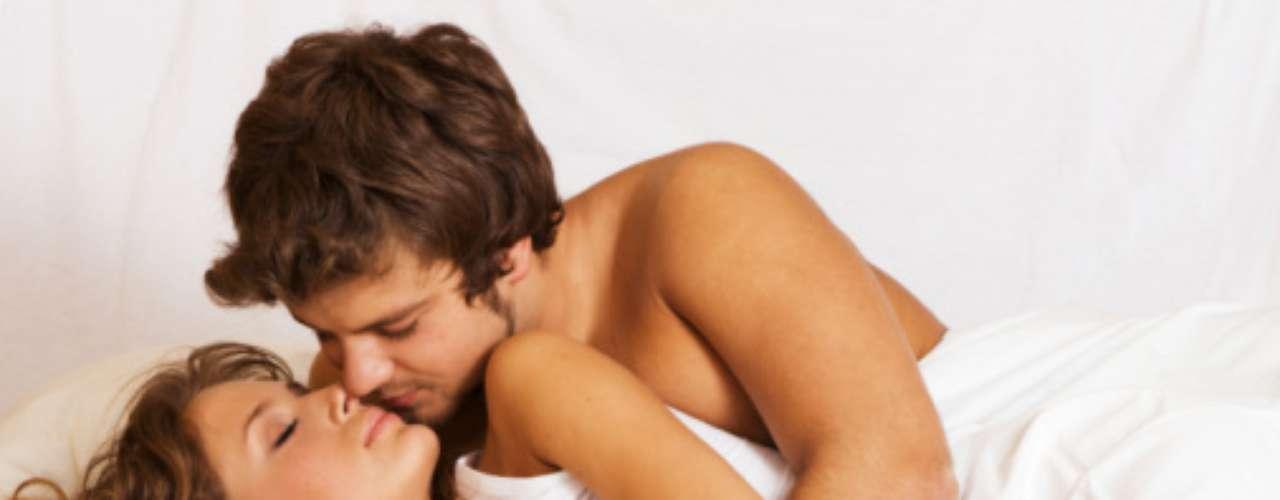 A veces, sólo tener relaciones sexuales es una forma pura de intimidad, sin embargo, el sexo mudo es algo que ellos detestan. Les gusta escuchar el placer que provocan en su chica, así que quítate la pena y dile algunas frases sexis o pídele que haga algo en particular. Tal vez te gustaría que continuara en cierta postura, pero no le dices nada. La comunicación en la cama es básica.
