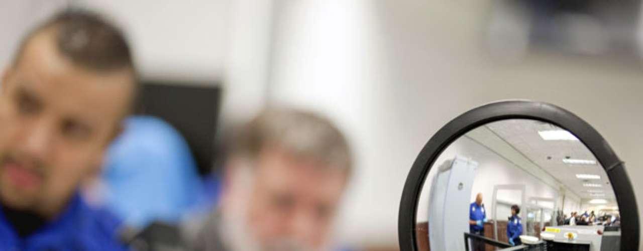 Luego de que un hombre nigeriano intentó hacer estallar un vuelo de Northwest Airlines que venía de Ámsterdam, en el aeropuerto de Detroit, el 25 de diciembre del 2009, el gobierno de Estados Unidos anunció en 2010 nuevas medidas de seguridad en aeropuertos. De esta manera, los rasgos étnicos serían utilizados para identificar a los viajeros que deben ser revisados con más cautela.