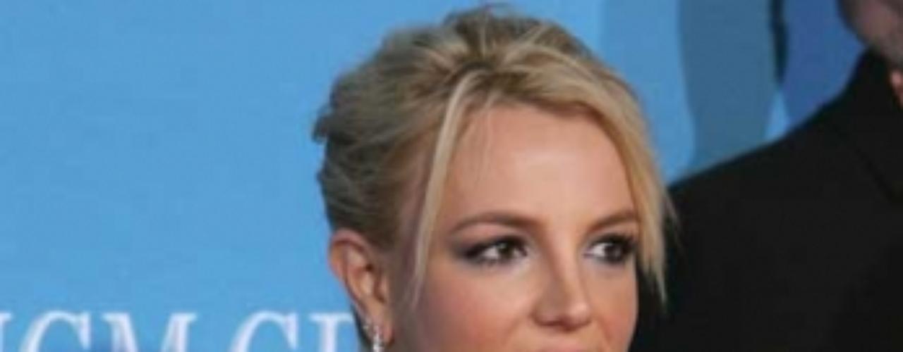 La PETA protesta contra Britney por comprar perritos Los activistas de PETA protestaron contra Britney tambien por lo problemas que causan el hecho de comprar mascotas a traves de criaderos.