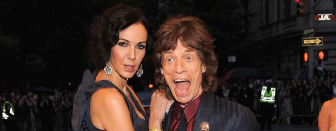 Todos sabemos que la vida de un rockero está ligada a fiestas, excesos y mujeres por doquier, pero lo que no sabíamos era que un gran rockstar como Mick Jagger incluyó en su lista de conquistas a hombres también, esto según el autor Christopher Andersen, quien en el libro biográfico \