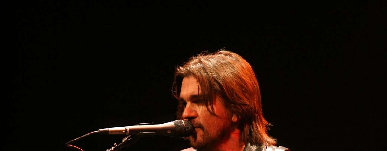 Juanes aceptó ofrecer un concierto especial durante la Conferencia Internacional sobre el SIDA porque es una enfermedad que sigue cobrando muchas vidas de manera silenciosa. \