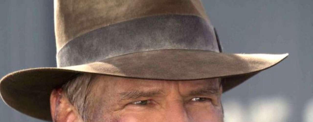 Harrison Ford. Se puede decir que la carpintería fue lo que catapultó a la fama la carrera de este importante actor. Harrison había renunciado a su sueño de ser un reconocido artista por lo que decidió alternar sus pequeños papeles en la actuación con la carpintería. En una ocasión conoció al director George Lucas cuando le hacía unos muebles para su hogar; la afinidad entre estos dos hombres fue tan grande que desde ese momento Lucas llevó a Ford al estrellato.