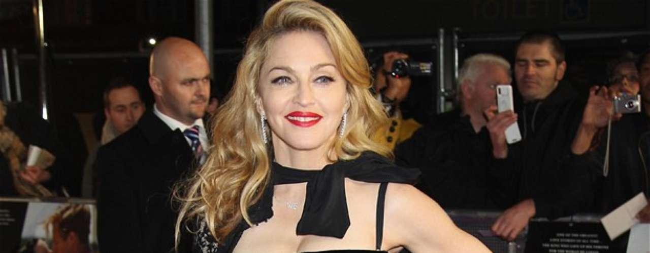 Madonna. En 1977 la reina del pop decidió abandonar la escuela para trasladarse a Nueva York en busca de una oportunidad en el mundo del entretenimiento. Para poder mantenerse en la gran manzana Madonna tuvo que ser mesera en Dunkin' Donuts y trabajar con grupos de danza contemporánea, como bailarina.