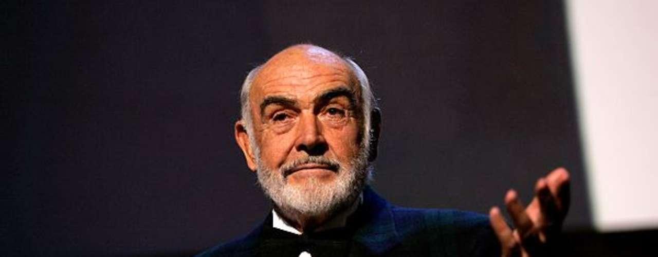 Sean Connery. La leyenda del cine tuvo varias labores antes de convertirse en uno de los actores más reconocidos a nivel mundial. Sean pasó tres años en la Armada Británica y tras su salida se dedicó a ser lechero, albañil, socorrista y pulidor de ataúdes. También se dedicó al fisiculturismo en donde obtuvo varios reconocimientos.