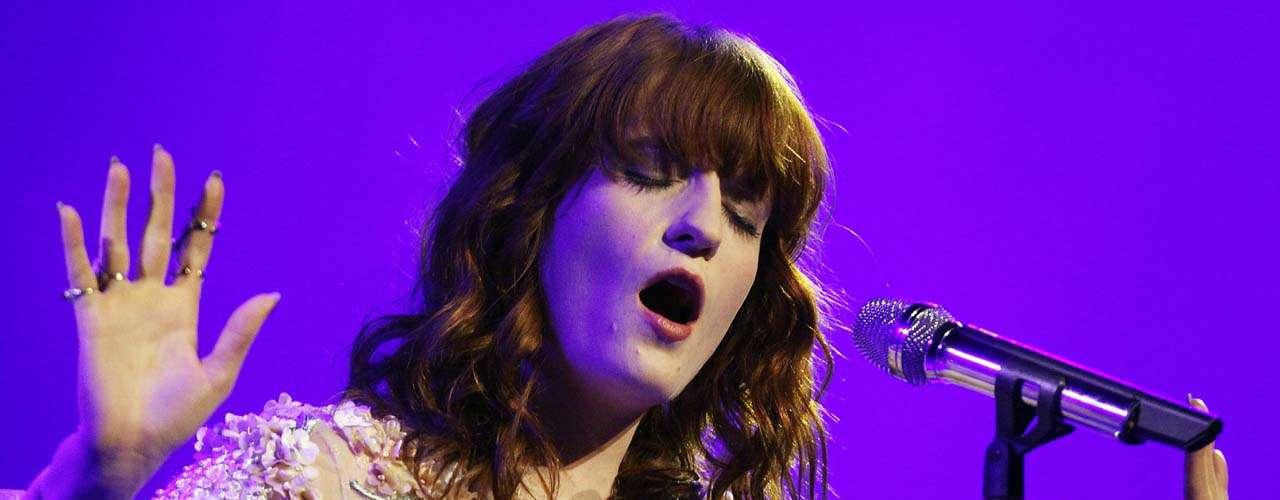 En el tercer y último día del festival Florence and The Machine impactará al público como sólo la banda suele hacerlo con la retumbante voz de Florence Welch y su multiplicidad escénica digna de una verdadera frontwoman.