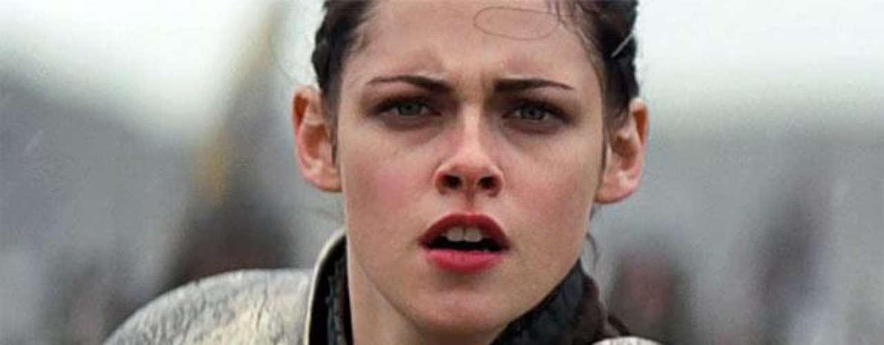 El inicio. Kristen Stewart comenzó, en agosto del 2011, el rodaje de la película interpretando a Blancanieves en el papel principal.  El set de grabación se alternaba entre los países de  Inglaterra y Gales. Rupert Sanders fue el escogido para llevar esta adaptación del cuento de los hermanos Grimm al cine.
