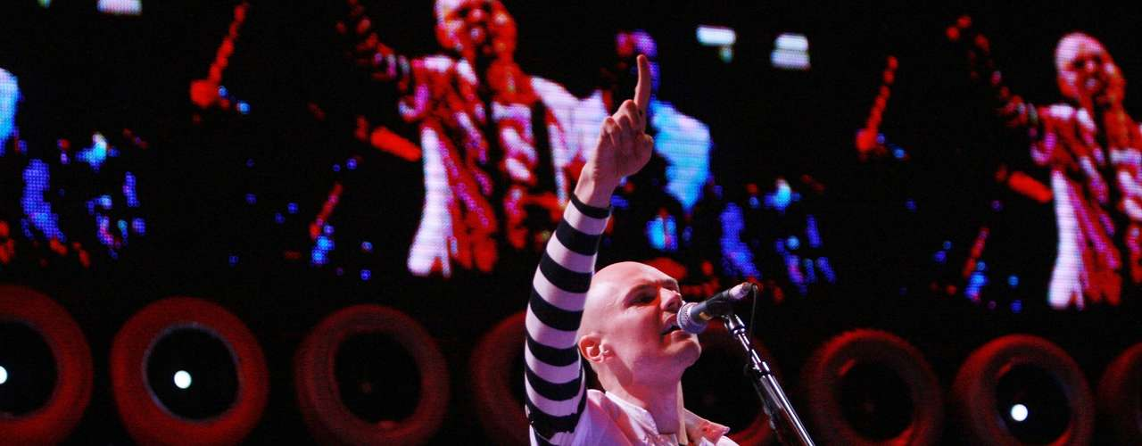 En medio de 'Mellon Collie and the Infinitie Sadness' y 'Adore' Billy Corgan se tomó tres años sabáticos. Ese tiempo sirvió para componer el tema principal de 'Batman & Robin', 'The End Is the Beginning Is the End', un track cargado de metal electrónico, como en las épocas más oscuras de los Smashing. El tema fue la cuota más dark de un filme que brilló por su chirrido pop.