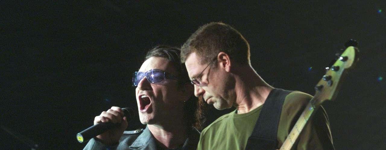 'Hold Me, Thrill Me, Kiss Me, Kill Me' fue el ejemplo más claro de la evolución de U2 entre 'Zooropa' y 'Pop'. Con tintes electrónicos y espíritu orquestal, el tema fue uno de los más reconocidos de un soundtrack variado como el de 'Batman Forever'.
