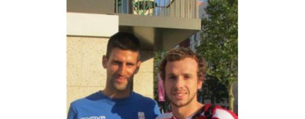 El nadador Sebastián Jahnsen conoció a Novak Djokovic en la Villa Olímpica.