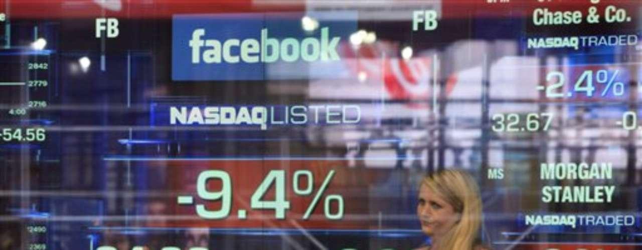 Facebook cuenta con casi 1.000 millones de usuarios, de los cuales casi la mitad se conecta a diario. Sin embargo, éstos están gastando menos dinero y eso no cayó bien en Wall Street.