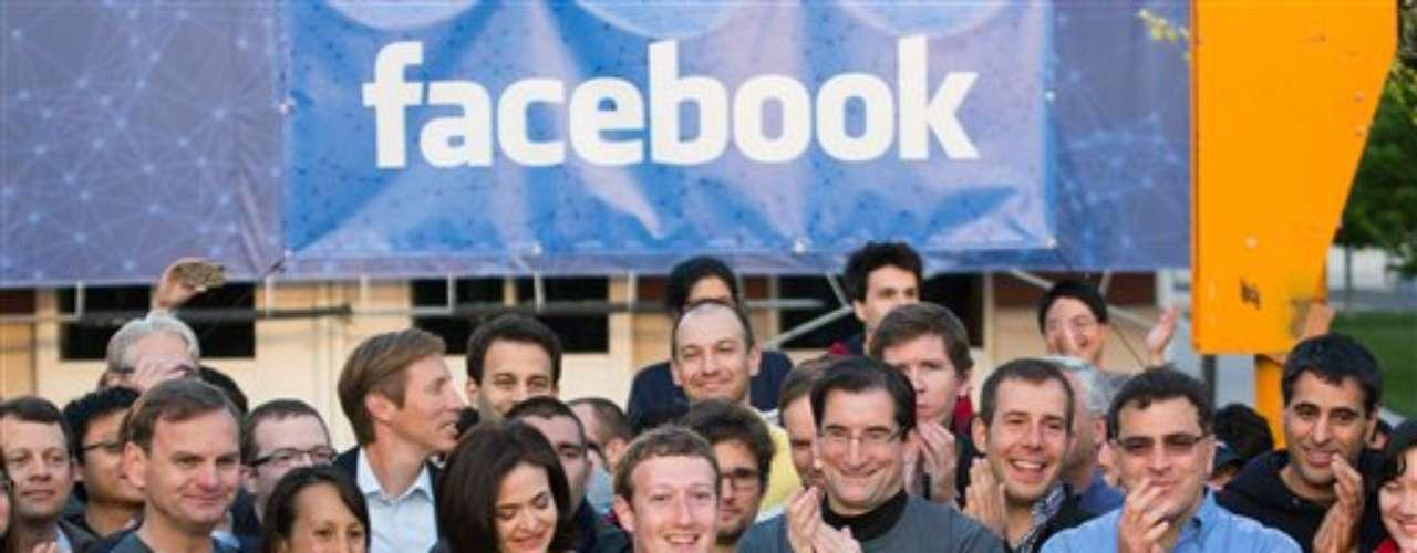 Por su parte, Zuckerberg explicó que no manejará la compañía para dar resultados a corto plazo y así contentar a WS, sino que piensa a futuro. Por eso la empresa invierte en dispositivos móviles, ya que se cree que en el futuro cercano, la mayoría se conectará a internet con ellos.