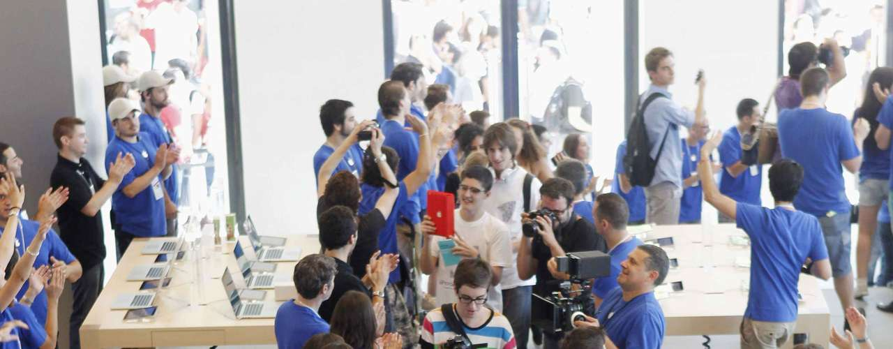 La entrada de los primeros clientes a la nueva tienda de Apple en Barcelona.