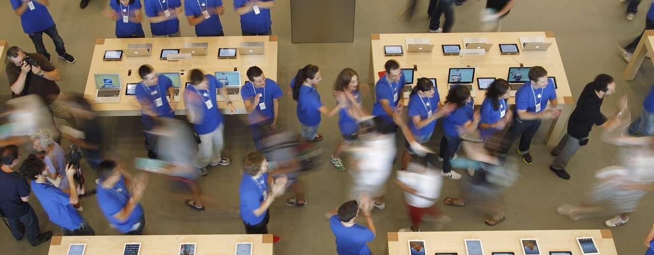 Los empleados dan la bienvenida a los clientes durante la inauguración.