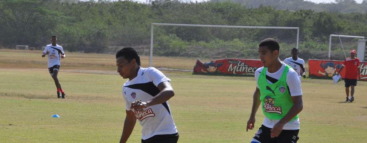 Jaider Romero (i), lateral derecho del Junior de Barranquilla para la visita del 'tiburón' al Deportes Quindío.