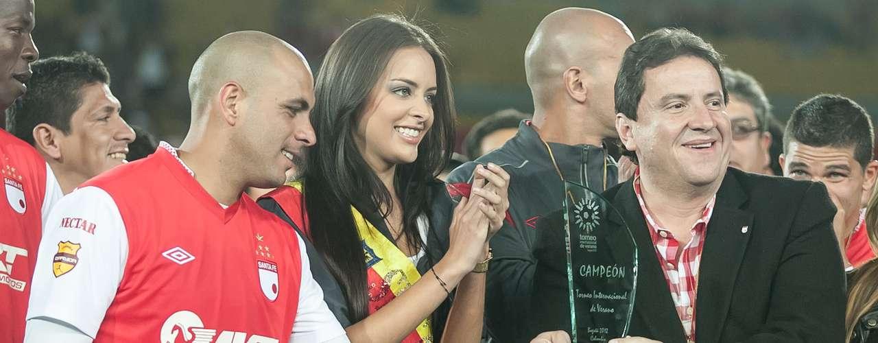 Omar Pérez (i) y el presidente César Pastrana (d) reciben el trofeo que acredita a Independiente Santa Fe como el primer ganador del Torneo Internacional de Verano - Bogotá 2012.