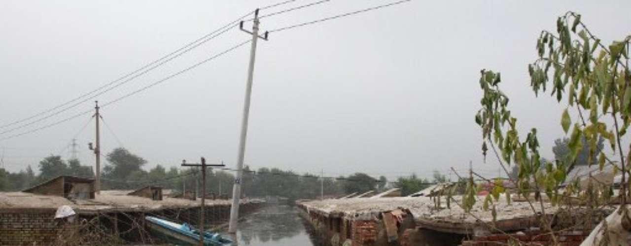 La inundación también provocó una crisis política. Es que mientras las autoridades de Beijing anunciaban sólo 37 víctimas, la gente comenzó a contar los muertos por sus propios medios, desconfiando de los datos oficiales.