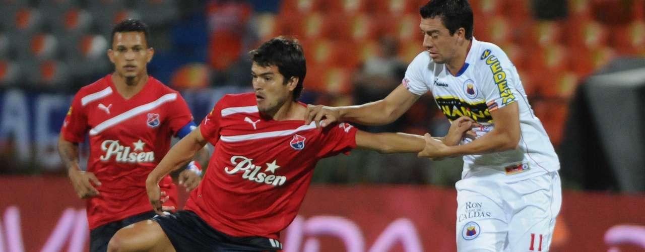 Sebastián Hernández (i), volante creativo del Independiente Medellín, disputa un balón con Omar Rodríguez (d) del Deportivo Pasto.