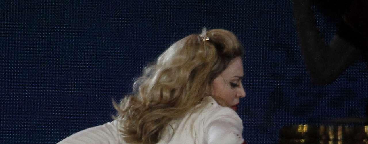 La diva sorprendió a todos en el concierto que realió en Vienna, Austria, al levatarse la fala y dejar al aire sus \