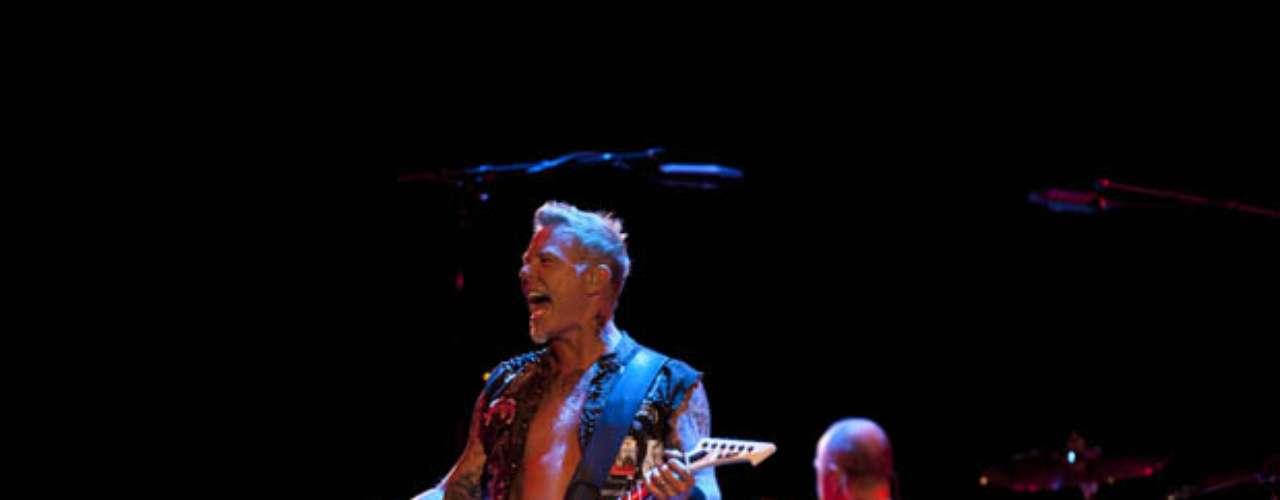 James Hetfield pidió calma y hasta bromeó un poco tras ver la reacción de asombro de un sector del público.