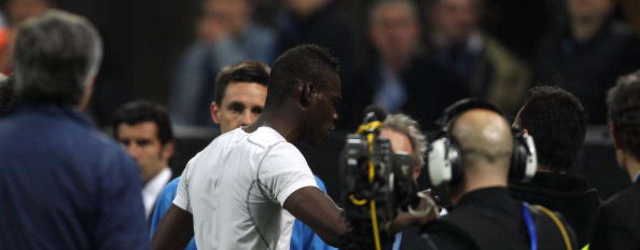 Después de la Semifinal de Ida de la Champions League contra Barcelona, se quitó la playera del Inter y empezó a insultar a la afición.