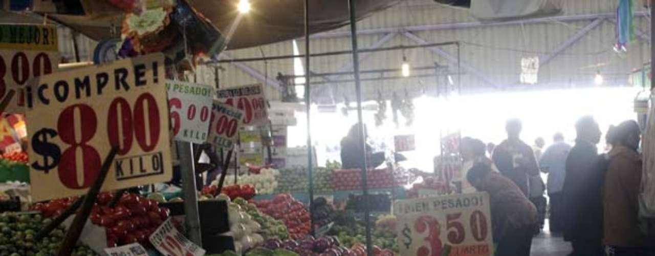 MERCADO DE MEDELLÍN. Especialidad: ingredientes sudamericanos y yucatecos. Indispensables: las semillas de achiote para recado y chocolates de mesa oaxaqueños. Tip: los locales con mayor variedad de productos se ubican sobre los accesos de la calle Campeche. Dónde encontrarlo: Medellín 234, Roma.
