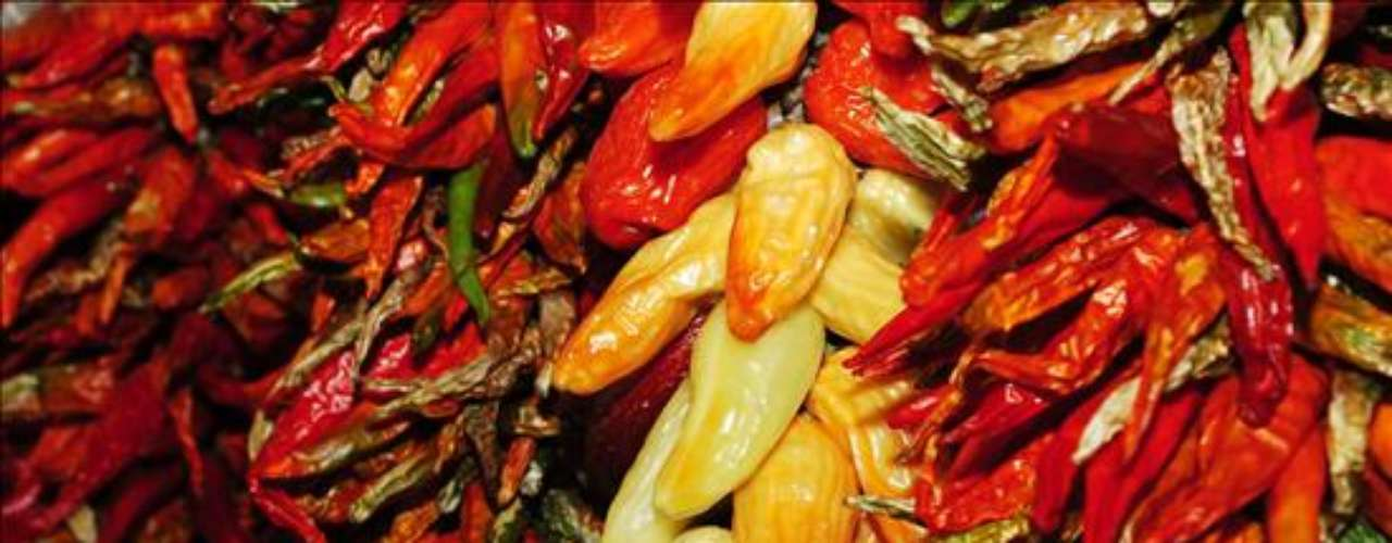 LA MERCED. Especialidad: chiles secos, frutas y verduras. Indispensables: las hojas de plátano para preparar tamales y aromatizar cocidos. Tip: hierbas aromáticas, frescas y secas, frutas exóticas y variedades de papa pueden adquirirse alrededor del mercado. Dónde encontrarlo: General Anaya s/n, Merced Balbuena.