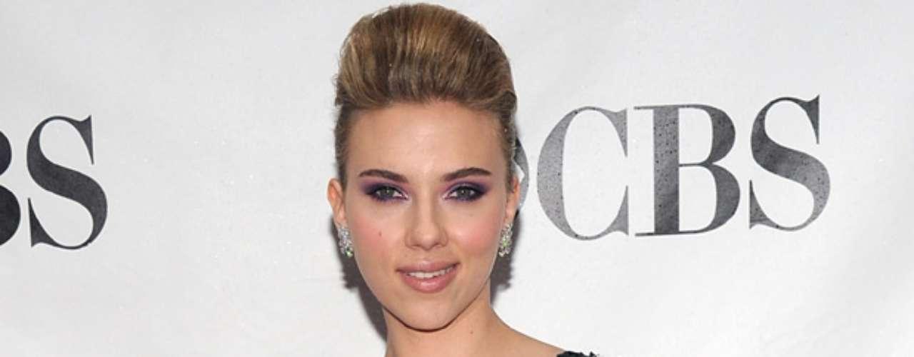 Scarlett Johansson fue otra famosa víctima de un hacker que publicó unas fotos que ella misma se tomó desnuda. Luego de unos días de silencio, Johansson confirmó sí era la de las fotografías, pero que éstas no estaban destinadas al mundo entero, sino a su marido de entonces, el actor Ryan Reyolds