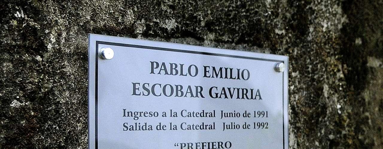 Y en el exterior, un gran cartel con fotografías del capo y la leyenda \