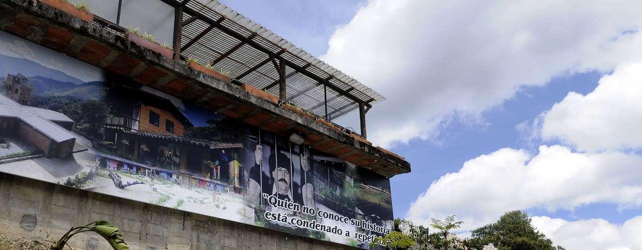 Con Escobar fugado, La Catedral quedó vacía y los vecinos de Envigado, persuadidos de que sus muros escondían una fortuna, saquearon durante meses la edificación, piedra a piedra. Durante años las ruinas fueron un lugar de peregrinación para turistas, sobre todo extranjeros, y devotos de Pablo Escobar que solían acampar en la zona, mientras los más intrépidos seguían en busca del tesoro.