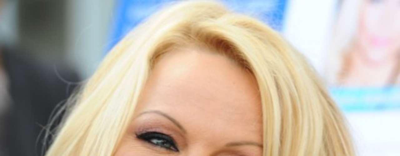 Pamela Anderson. Además de impactar por su vestido de baño rojo en Guardianes de la bahía, la actriz invadió los computadores de sus fans y curiosos con los videos íntimos que grabó.
