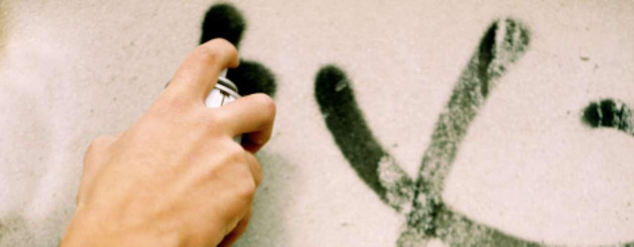 9. Dañar propiedad o animales. Nadie quiere compartir su vida con un chico que cometa actos vandálicos, ¿o sí?