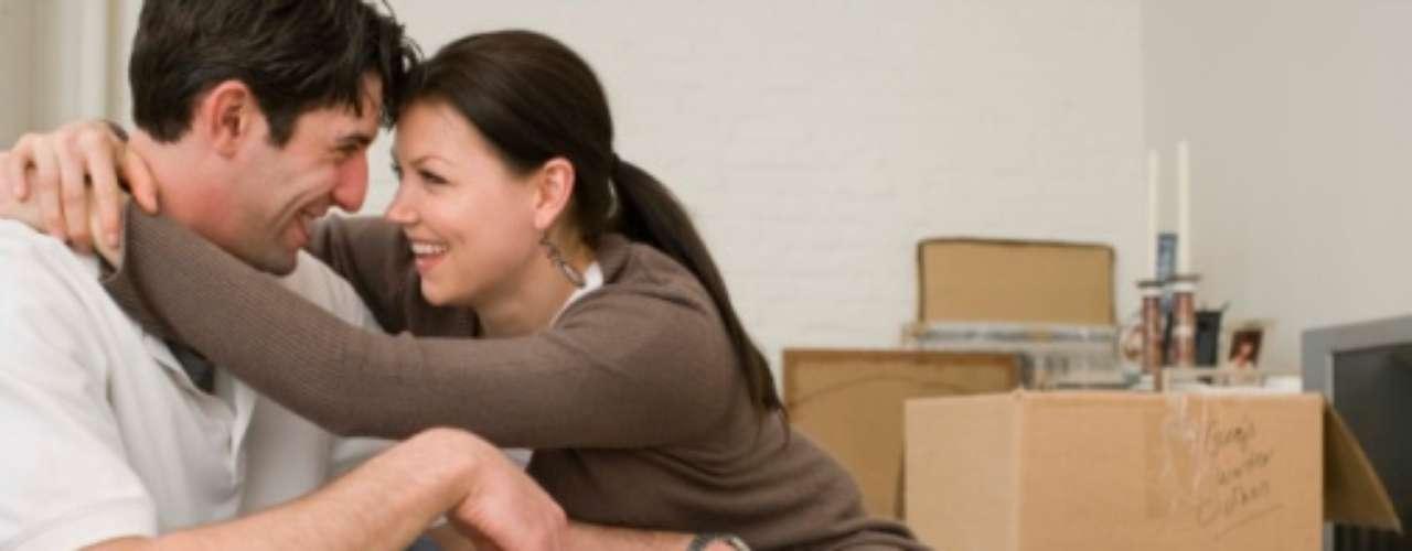 24. Permanencia. En una relación sana, sabes que aunque no veas a tu pareja durante un tiempo, el enlace que han creado juntos permanece sin importar lo que suceda a su alrededor. Ese algo tiene que ver con la confianza.