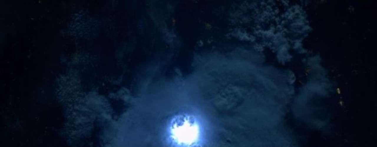 Relámpago visto en el oeste de Africa y que fue fotografiado por el astronauta André Kuipers.