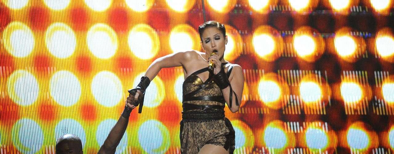 Jennifer López, trató de fingir que su caída fue parte del acto en los American Music Awards 2009.