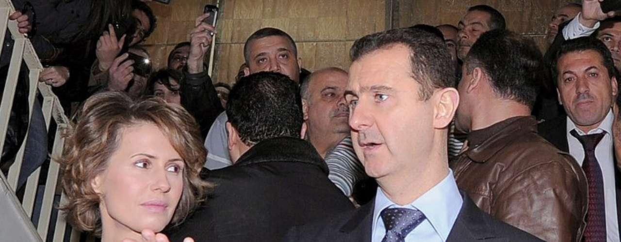 Bashar Al Asad es el tercero de los cinco hijos del general Hafez Al Asad y su misión no estaba a destinada a dirigir Siria. Se formó como médico oftalmólogo y vivió en el Londres bajo una falsa identidad que impedía que se le relacionara con su familia; ni siquiera el pueblo sirio conocía cuál era su imagen. Sin embargo la muerte de su hermano Basil en un accidente en 1994 lo convirtió en el preferido de su padre para sucederle.
