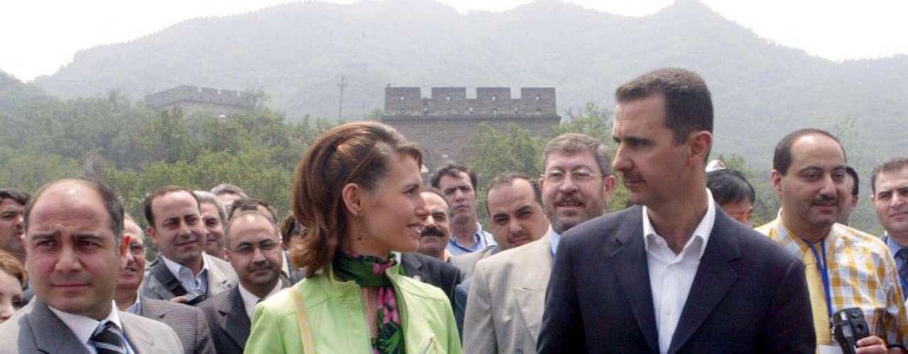 Hafez Al Asad se crió en una familia humilde del clan de los aluís, una minoría religiosa siria separada de los sunnies que componen la mayoría de la población. Hafez destacó como militar, lo que le valió un alto cargo en las fuerzas aéreas sirias, puesto que aprovechó para dar un golpe de estado en 1970 que le erigió como presidente de la república, puesto que no abandonó hasta su muerte en el año 2000.