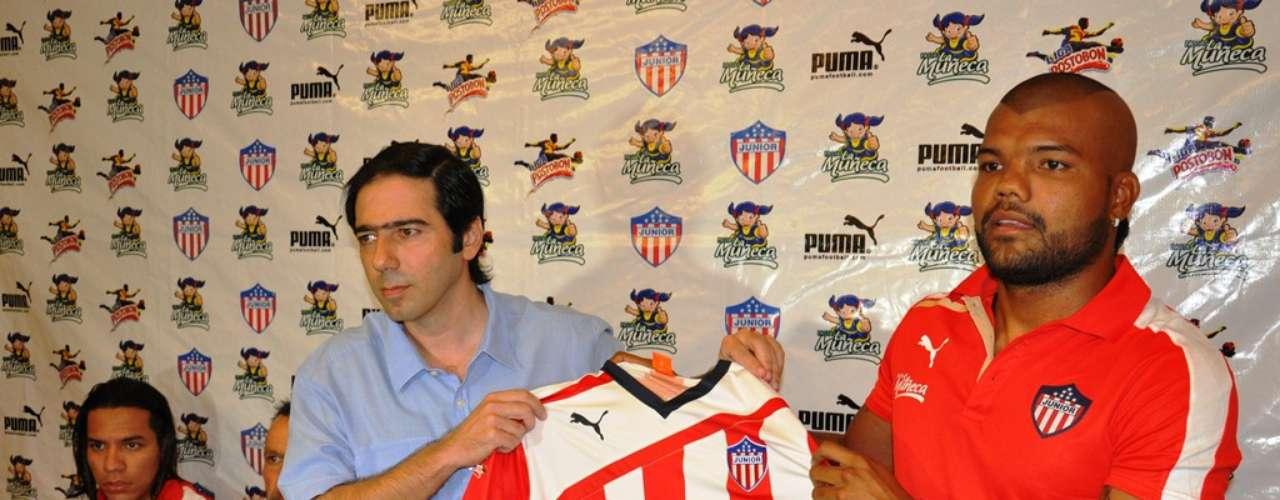 Antonio Char entrega la camiseta del Junior de Barranquilla al volante Leonardo López.