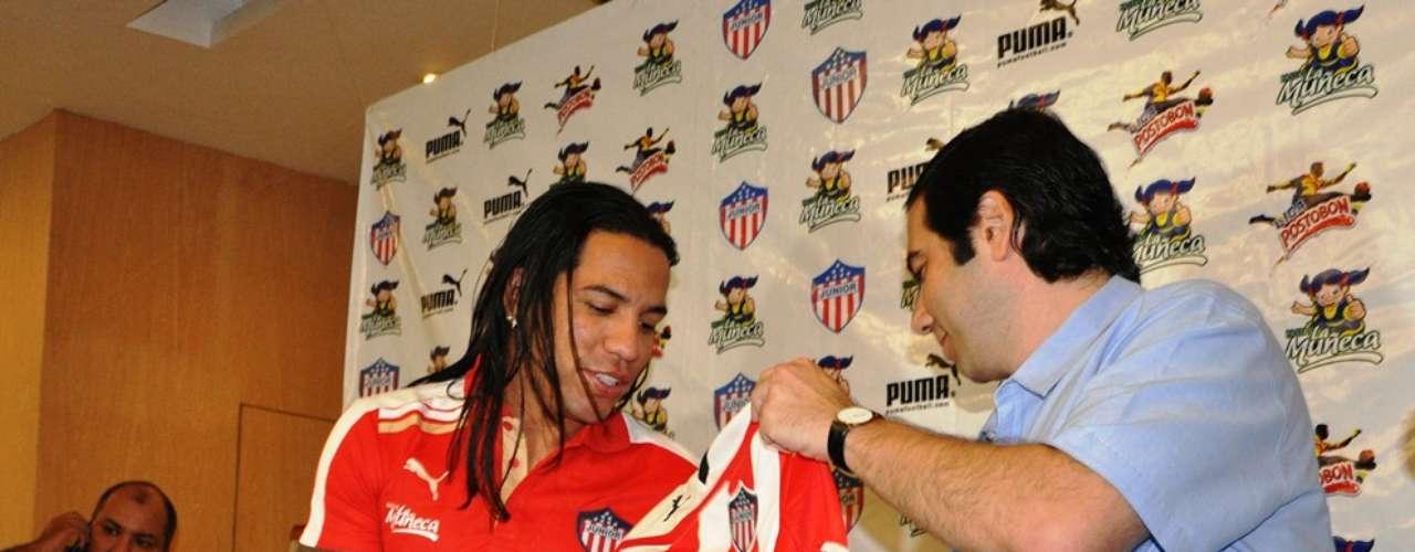 Antonio Char entrega la camiseta del Junior de Barranquilla al delantero Dayro Moreno.