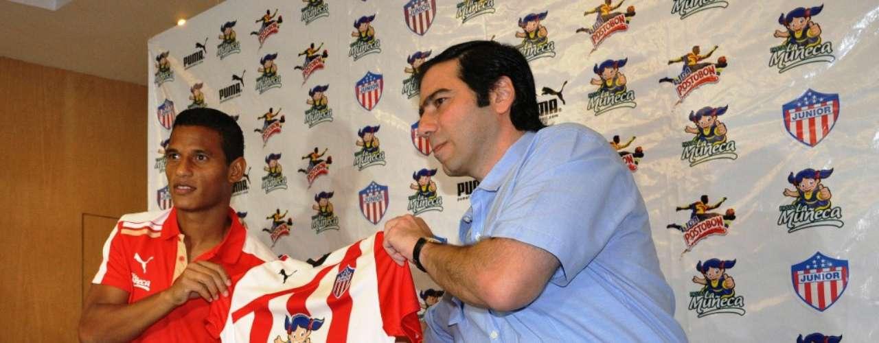 Antonio Char entrega la camiseta del Junior de Barranquilla al defensor Diego Amaya.