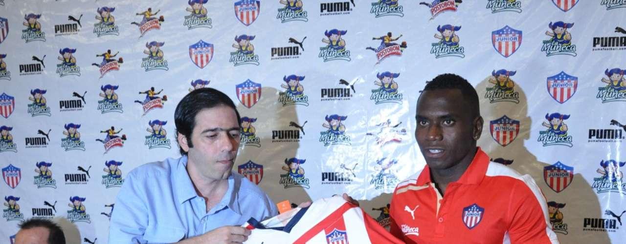 Antonio Char entrega la camiseta del Junior de Barranquilla al delantero Carlos Rentería.