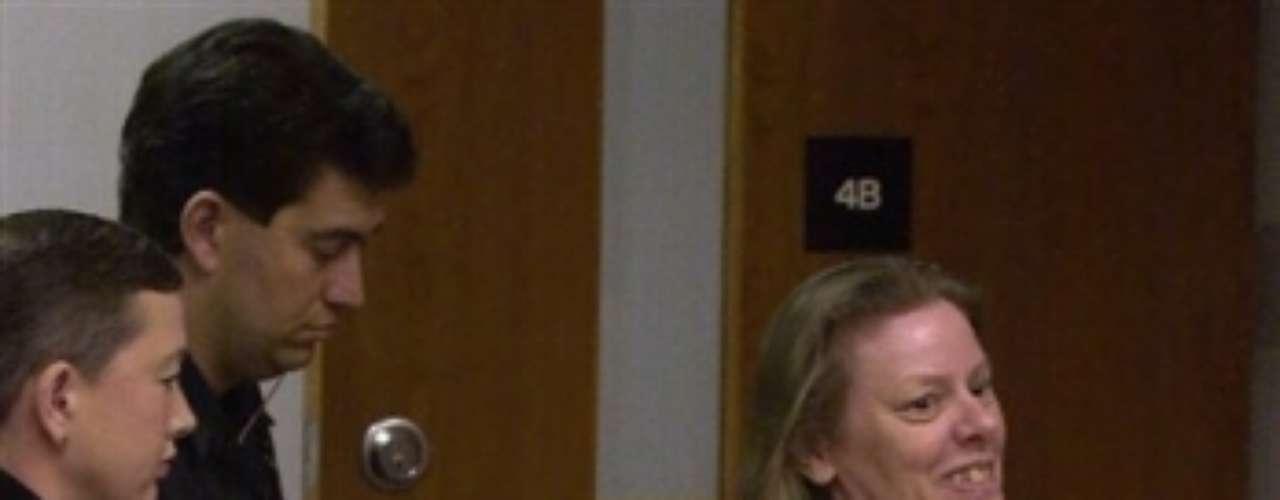 La aterradora Aileen Wuornos, es una de las asesinas en serie más reconocidas de Estados Unidos. Su historia originó la película de Hollywood 'Monster', protagonizada por Charlize Theron. Entre su atormentado pasado se encuentra la figura paterna, quien fue condenado por violar a una niña de 7 años de edad. Aileen mató a siete hombres en Florida entre 1989 y 1990, alegando violación o intento de ella, mientras ella estaba trabajando como prostituta. Fue declarada culpable y condenada a muerte por seis de los asesinatos. El 9 de octubre de 2002 fue ejecutada por medio de inyección letal.
